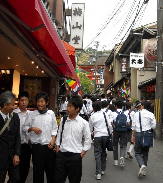 School kids and teachers at Kiyomizu